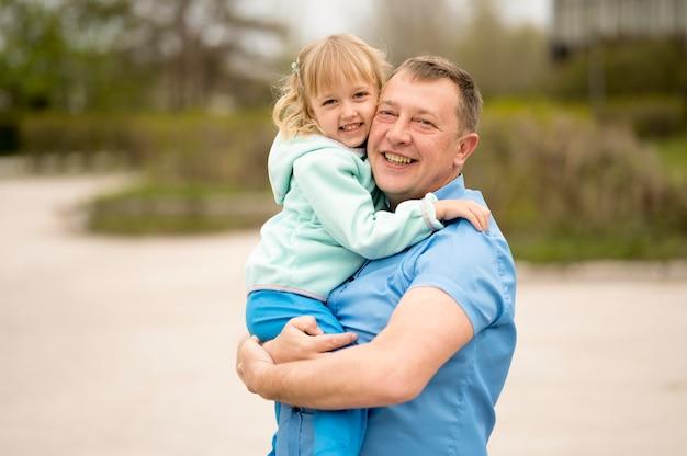 Petite-fille et grand-père dans le parc