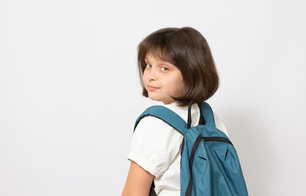Petite fille avec grand sac à dos. isolé sur fond blanc