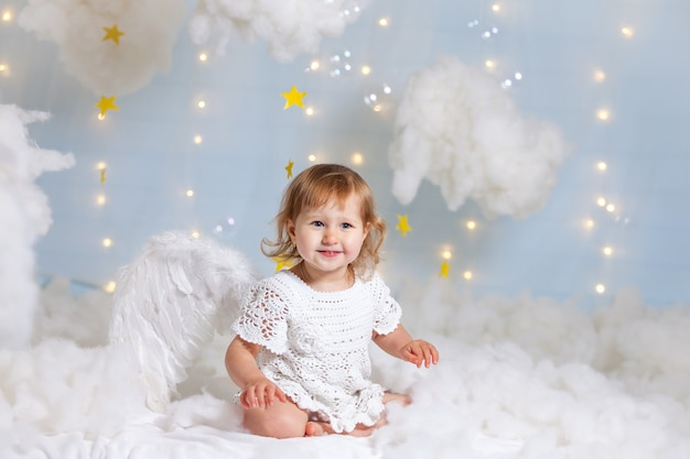 Petite fille habillée en ange