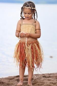 Petite fille habillée comme un indigène à l'extérieur en été. photo de haute qualité