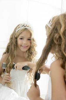 Petite fille habillée en princesse