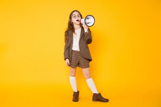 Petite fille avec haut-parleur