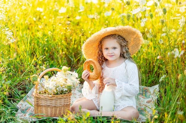 Petite fille heureuse avec un chapeau lors d'un pique-nique