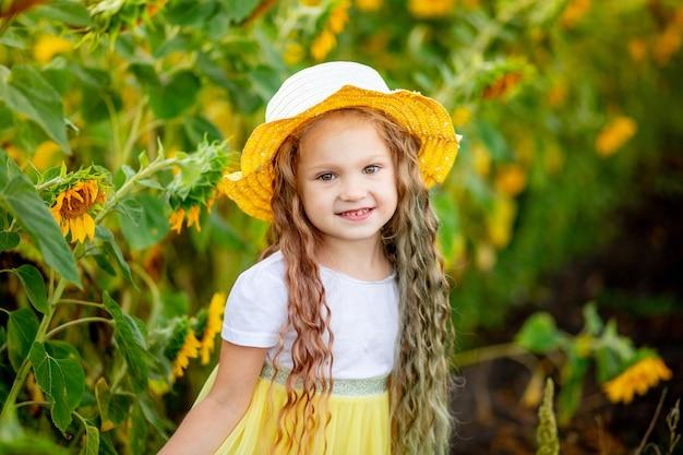Petite fille heureuse dans le champ de tournesol