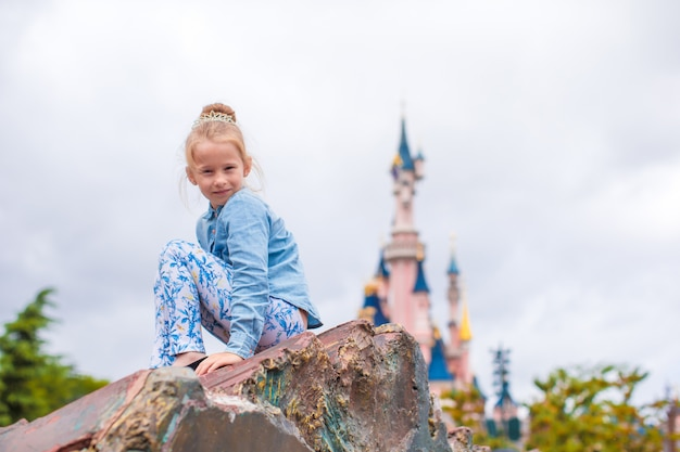 Petite fille heureuse dans un parc de conte de fées