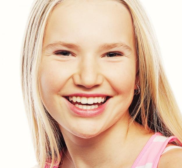 Petite fille heureuse avec grand sourire.