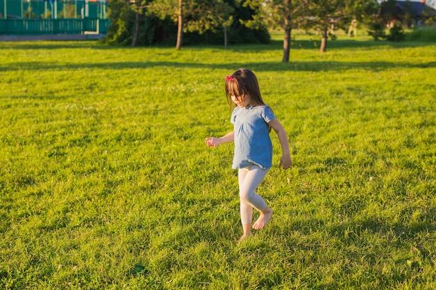 Petite fille heureuse s'amuser dans un parc d'été.