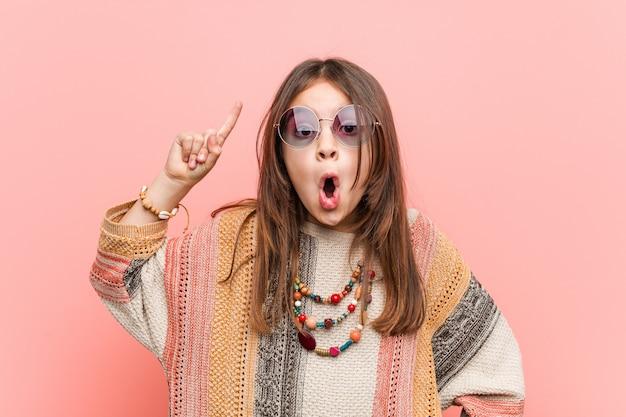 Petite fille hippie ayant une idée, une inspiration.