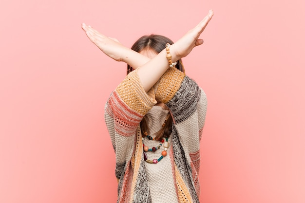 Petite fille hippie gardant deux bras croisés, concept de déni.
