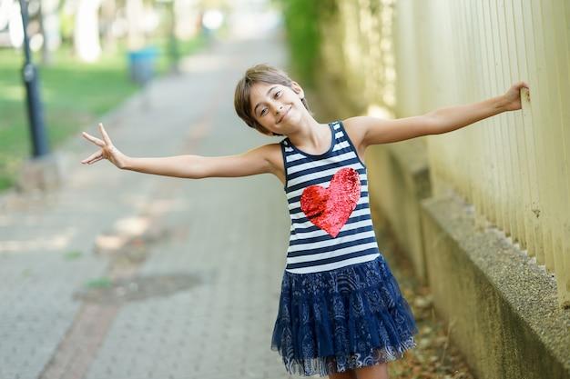 Petite fille de huit ans s'amusant en plein air.