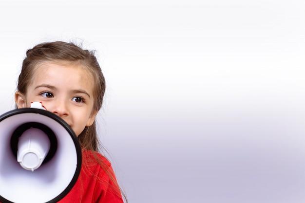 Petite fille hurlant sur un mégaphone.