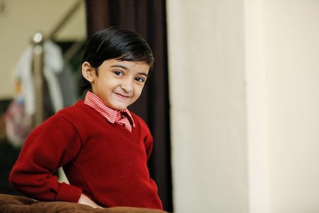 Petite fille indienne en uniforme scolaire et montrant l'expression