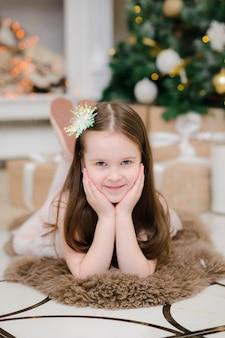 Petite fille à l'intérieur de noël