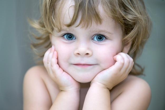 Petite fille isolée sur blanc