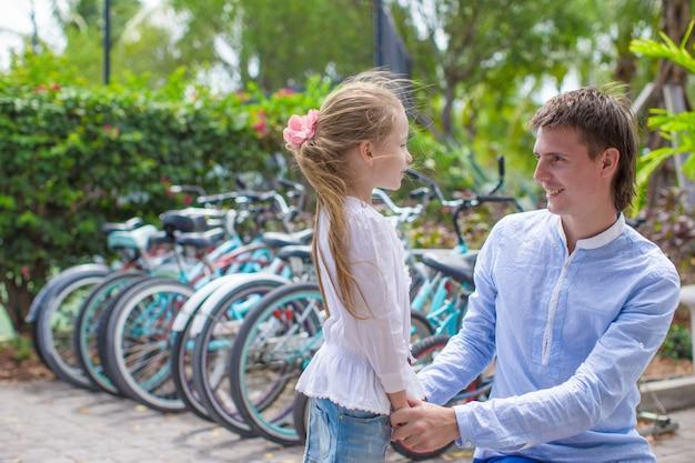 Petite fille et jeune père dans un complexe tropical exotique