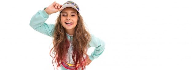 Petite fille jolie caucasienne dans un survêtement, panorama isolé sur blanc