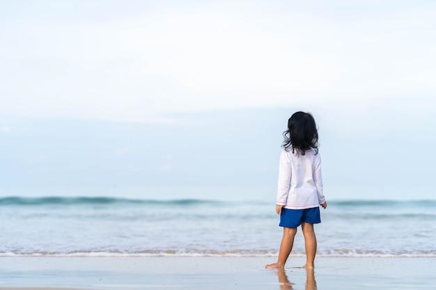 Petite fille jouant au bord de la mer magnifique.