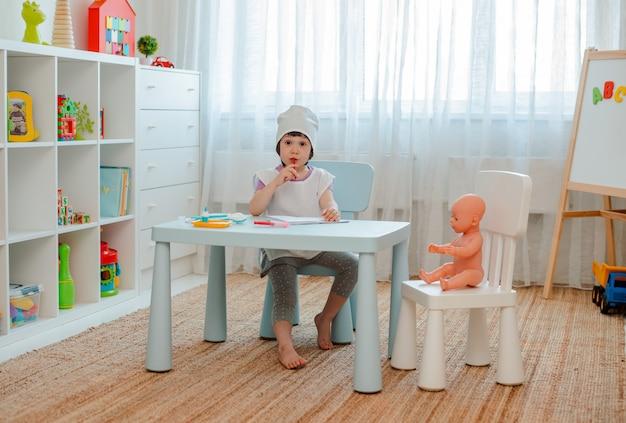 Petite fille jouant au docteur avec poupée