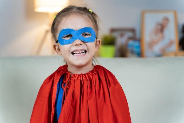 Petite fille jouant au super héros