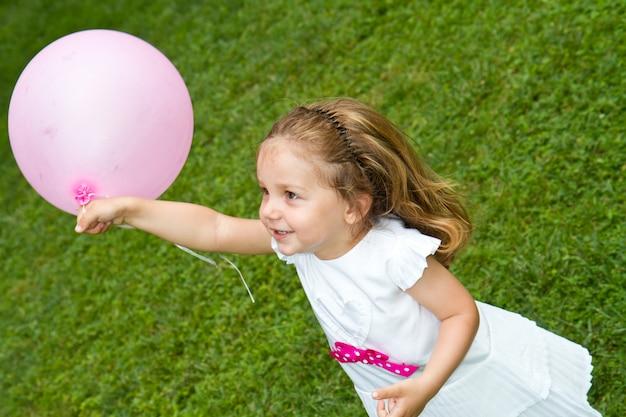 Petite fille jouant avec ballon