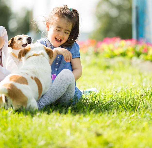 Petite fille jouant avec des chiens
