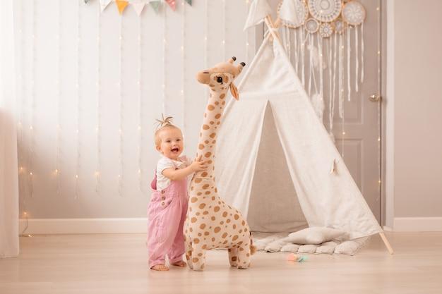 Petite fille jouant dans la chambre de bébé
