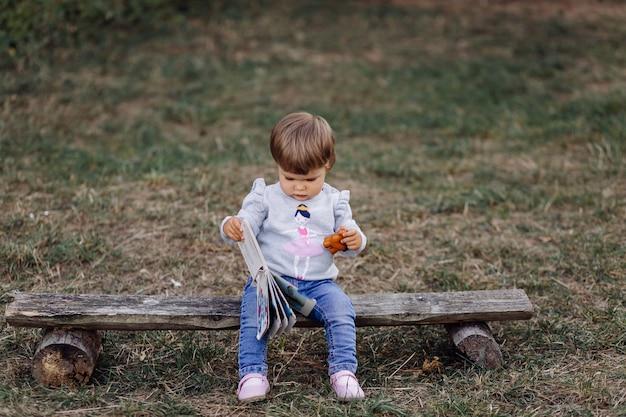 Petite fille jouant dans parc