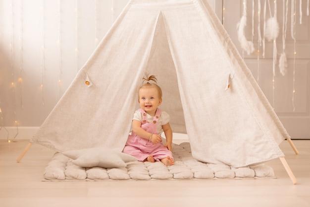 Petite fille jouant dans la pépinière