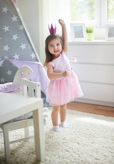 Petite fille jouant dans sa chambre