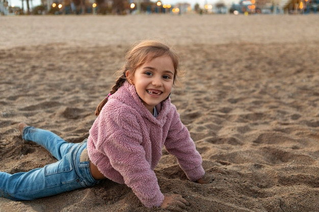 Petite fille jouant dans le sable