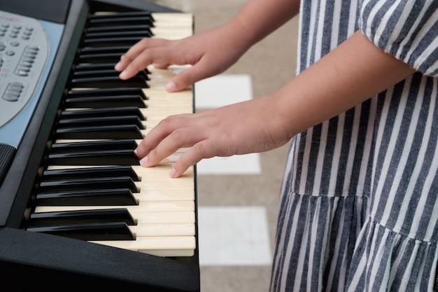 Petite fille jouant du piano en studio