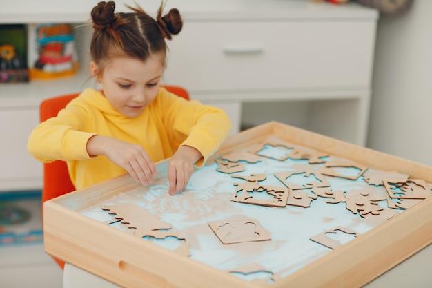 Petite fille jouant avec du sable forme jouet éducation de la petite enfance concept de psychologie cognitive des tout-petits