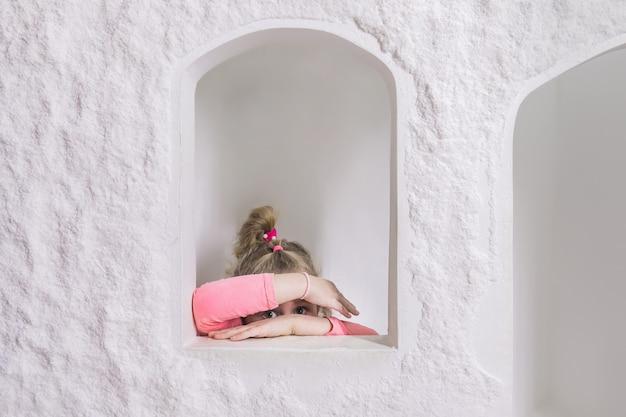 Petite fille jouant à la maisonnette pour enfants à l'intérieur de la grotte de sel.