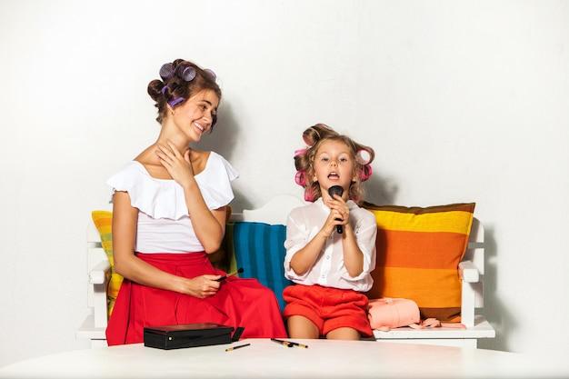 Petite fille jouant avec le maquillage de sa mère