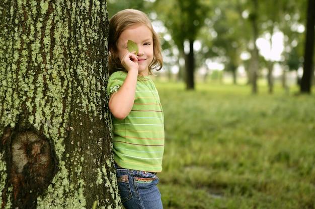 Petite fille jouant sur le parc