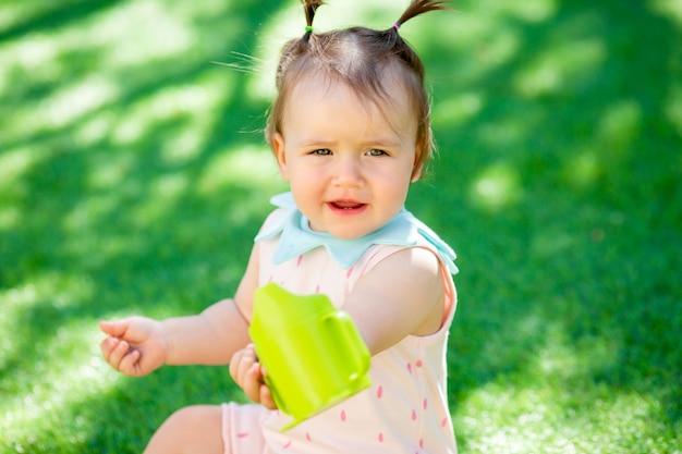 Petite fille jouant en plein air avec les jouets