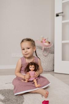 Petite fille jouant avec une poupée