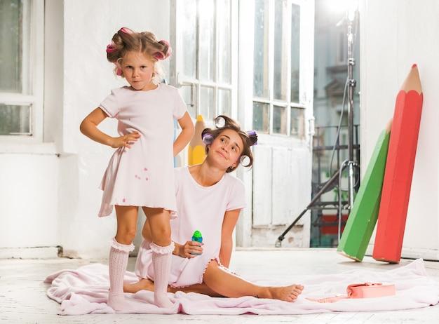 Petite fille jouant avec sa mère