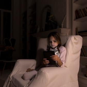 Petite fille jouant sur sa tablette