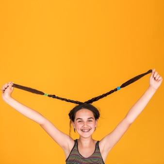 Petite fille jouant avec ses cheveux