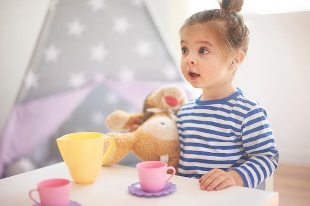 Petite fille jouant avec ses jouets