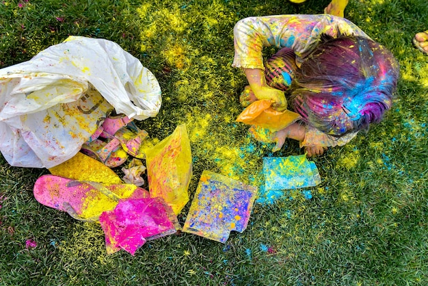 Petite fille joue avec les couleurs concept pour le festival des couleurs holi indien
