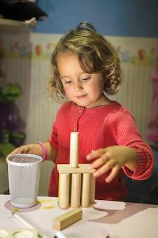 Petite fille joue avec des cubes