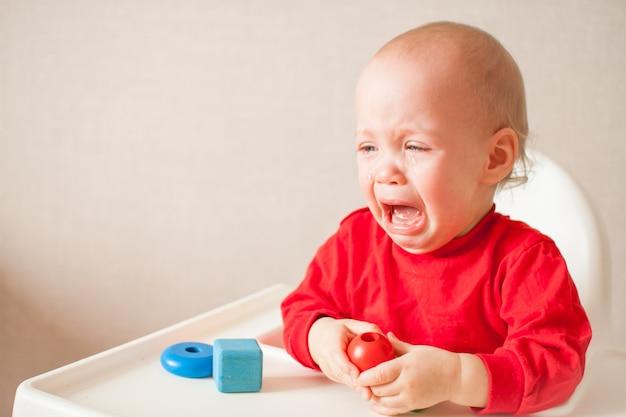 Petite fille joue et pleure