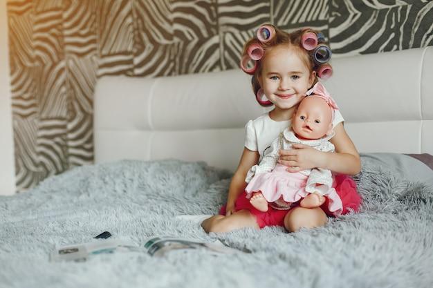 Petite fille avec jouet