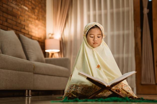 Petite fille, lecture, coran, porter, musulman, hijab