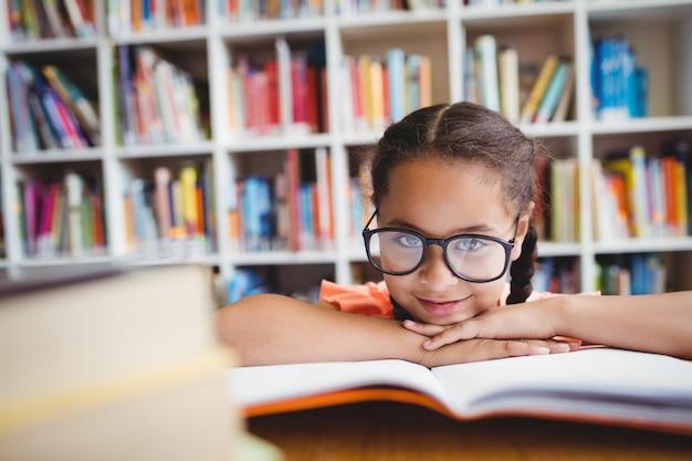 Une petite fille lisant un livre