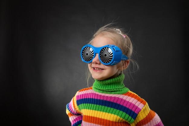 Petite fille à lunettes de fête