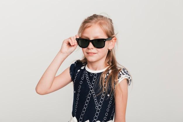 Petite fille avec des lunettes de soleil cool