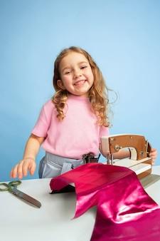 Petite fille avec machine à coudre